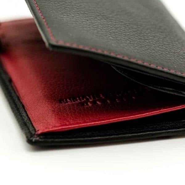 Detalle interior de billetera de hombre