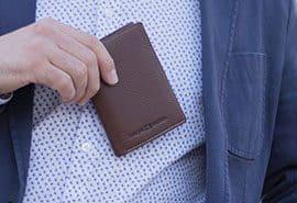 cartera de piel con cierre elástico de color